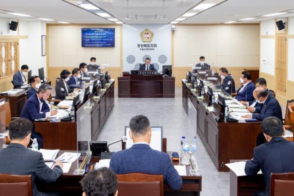 2021.04.26 제323회 임시회 건설소방위원회(보도자료).jpg